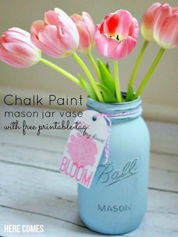 Create a beautiful chalk paint mason jar vase with this easy tutorial. Includes free printable!