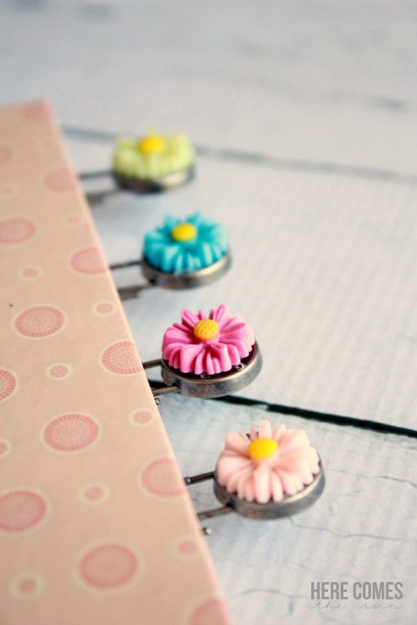 Create cute paper clip bookmarks with this easy tutorial!