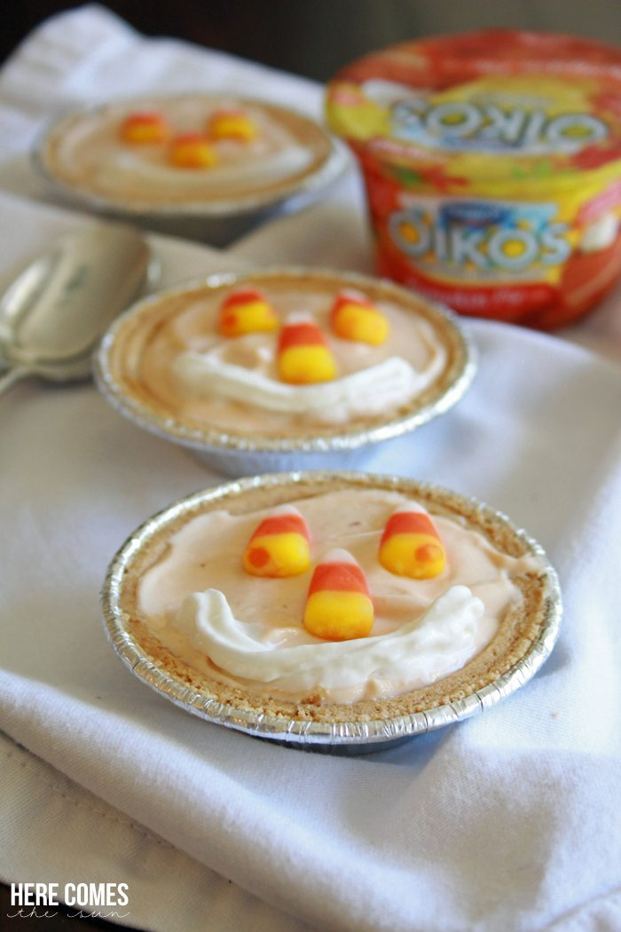 These No-Bake Mini Pumpkin Pies come together in minutes and are a fun treat! #EffortlessPies  ad